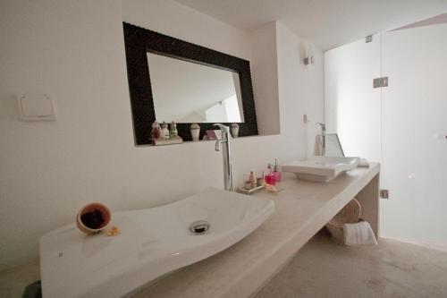 A bathroom at Riad El Maâti