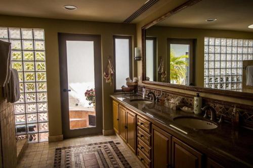 Una cocina o zona de cocina en Villa Mariposa Cabo Del Sol