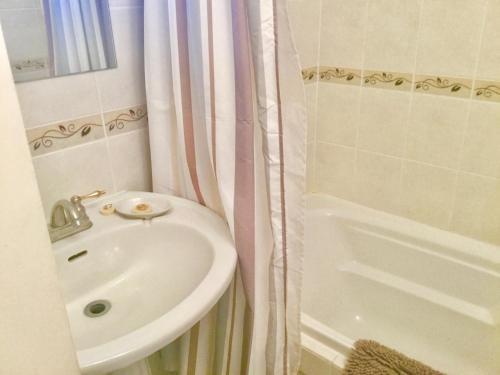 A bathroom at Burley's Executive Garden Suite