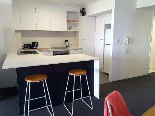 A kitchen or kitchenette at The Hill Apartments Currumbin Beach