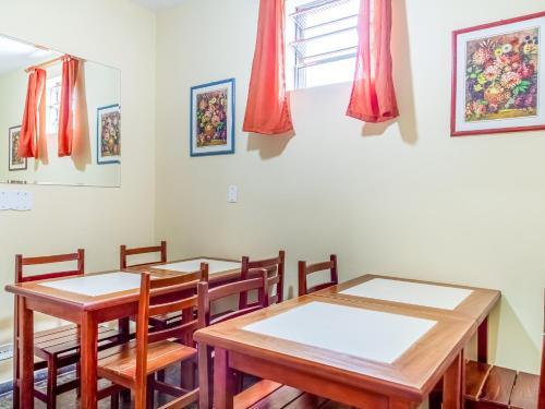 Um restaurante ou outro lugar para comer em Hotel Macuco