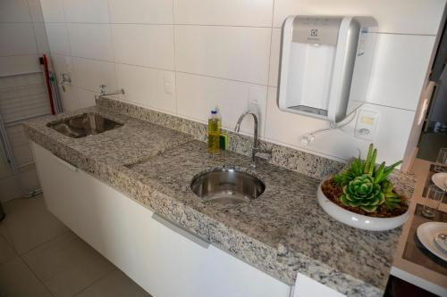 A kitchen or kitchenette at Onix Bueno Residence