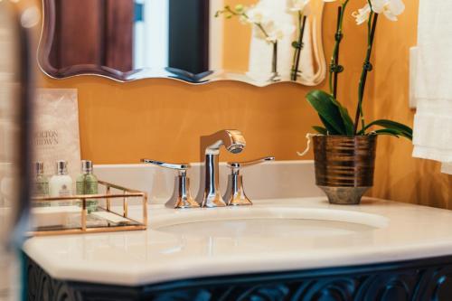 A bathroom at Mansion on Sutter