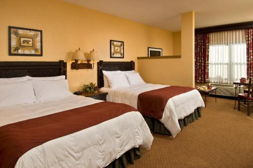 A bed or beds in a room at Six Flags Great Escape Lodge & Indoor Waterpark