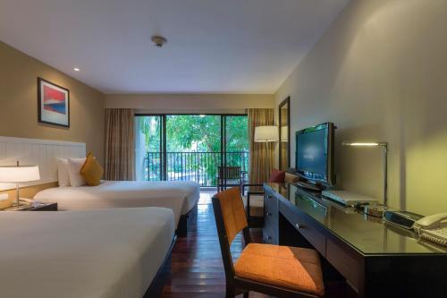 Телевизор и/или развлекательный центр в Novotel Phuket Surin Beach Resort
