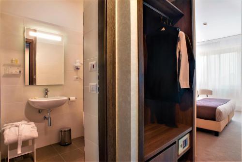 A bathroom at Hotel Raffaello