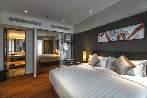 A bed or beds in a room at Oakwood Hotel & Residence Surabaya