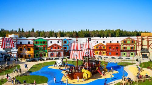 Ein Blick auf den Pool von der Unterkunft LEGOLAND Feriendorf oder aus der Nähe