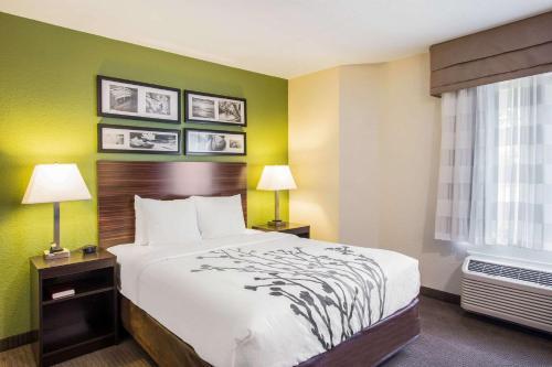 Кровать или кровати в номере Sleep Inn Kansas City International Airport