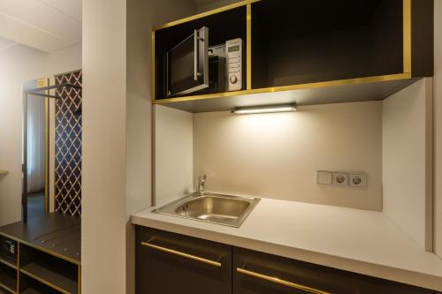 A kitchen or kitchenette at the niu Mesh