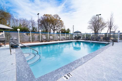 The swimming pool at or close to Fairfield Inn & Suites Atlanta Airport North