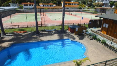 A view of the pool at Bay Adventurer Backpackers & Apartments or nearby
