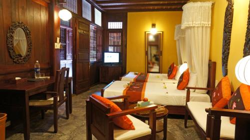 A restaurant or other place to eat at Vinh Hung Heritage Hotel