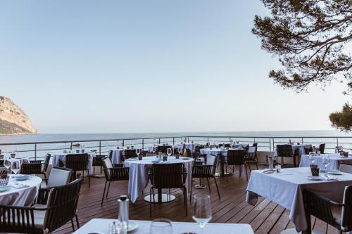 A restaurant or other place to eat at Hôtel Les Roches Blanches Cassis