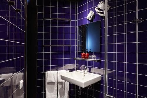 A bathroom at The Student Hotel Amsterdam City