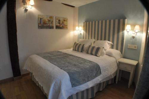 A bed or beds in a room at El Rincón Del Convento