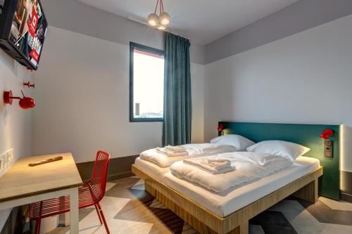 Letto o letti in una camera di MEININGER Hotel Paris Porte de Vincennes