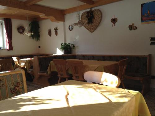 A restaurant or other place to eat at Garnì Villa Cecilia
