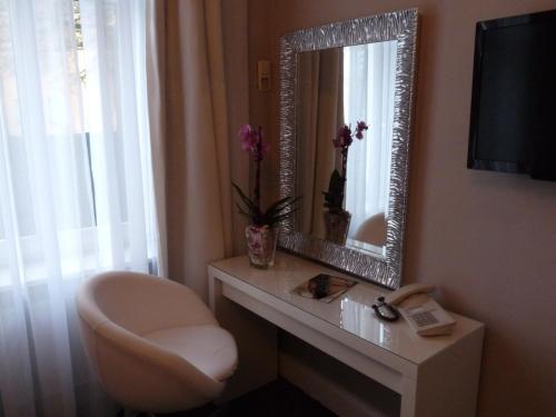 A bathroom at Hotel Commodore