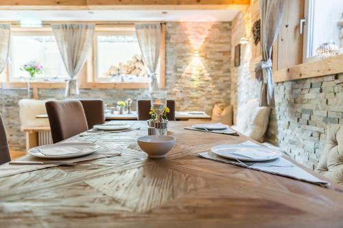 Ein Restaurant oder anderes Speiselokal in der Unterkunft Hotel garni - Chiemsee-Pension-Seebruck