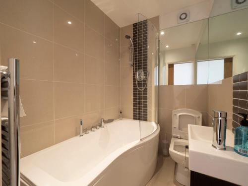 A bathroom at Sail Away - 2 bed apartment near the seaside