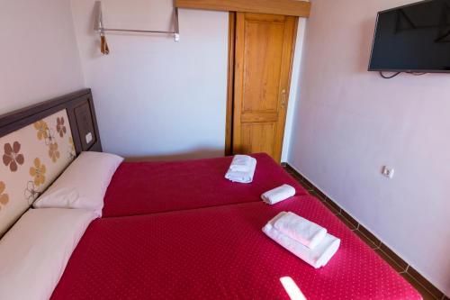 A bed or beds in a room at Hostal Rural La Fonda Del Rocio