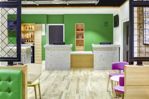 The lobby or reception area at ibis Styles Glasgow Centre George Square