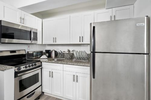 A kitchen or kitchenette at R Hotel Kingston