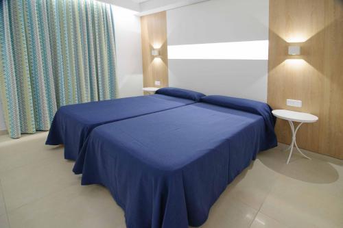 Letto o letti in una camera di Apartamentos Poniente Playa