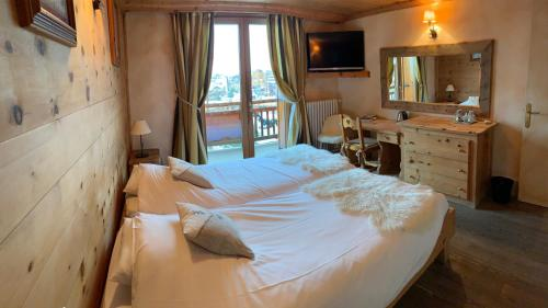 A bed or beds in a room at Alp'azur