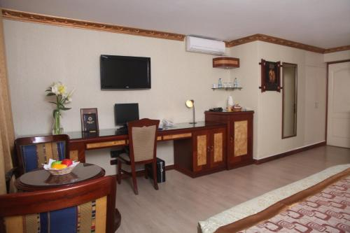 A television and/or entertainment centre at Hotel Oro Inn
