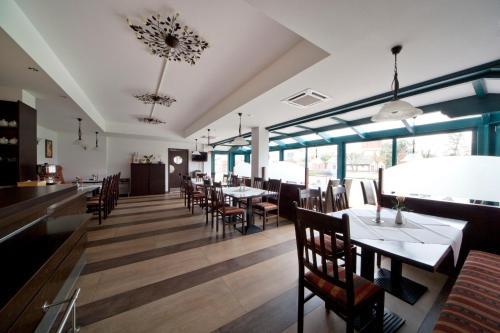 Ein Restaurant oder anderes Speiselokal in der Unterkunft City-Hotel