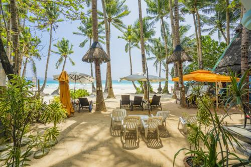 A restaurant or other place to eat at Royal Park Resort Boracay
