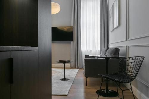 A television and/or entertainment centre at Bumblebee Luxury Apartments