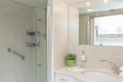 Ein Badezimmer in der Unterkunft Modern TLV