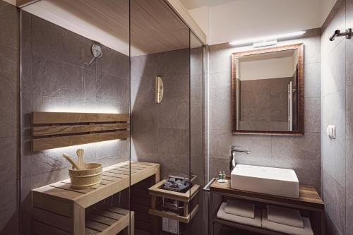 A bathroom at Five Seasons One Aparthotel
