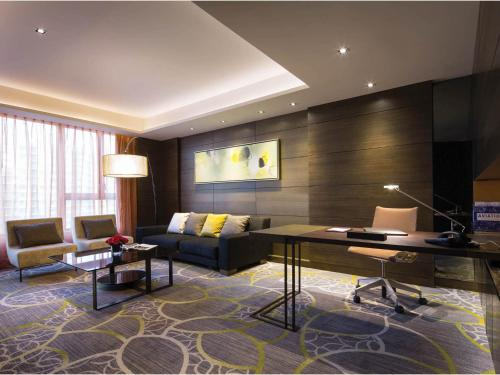 A seating area at Crowne Plaza Hong Kong Kowloon East, an IHG Hotel