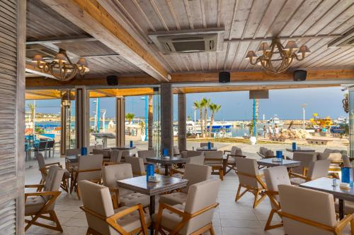 A restaurant or other place to eat at Limanaki Beach Hotel & Suites
