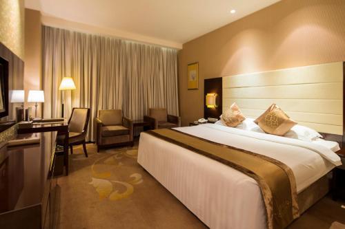 Cama o camas de una habitación en Ritan Hotel Downtown Beijing