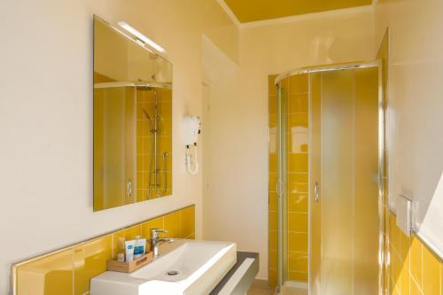 A bathroom at Urban Garden Hotel