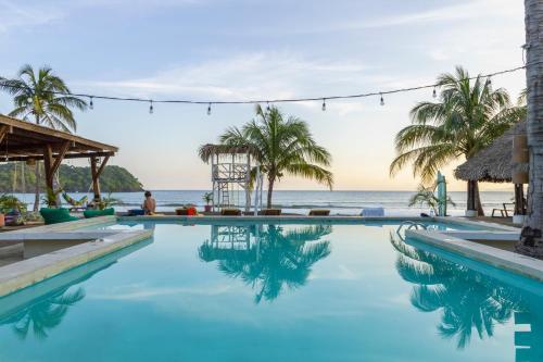 Der Swimmingpool an oder in der Nähe von Selina Playa Venao