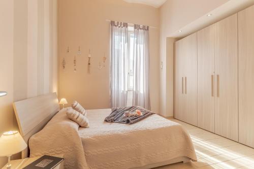 A bed or beds in a room at La Casa Rosa