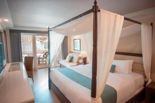 A bed or beds in a room at Boracay Mandarin Island Hotel