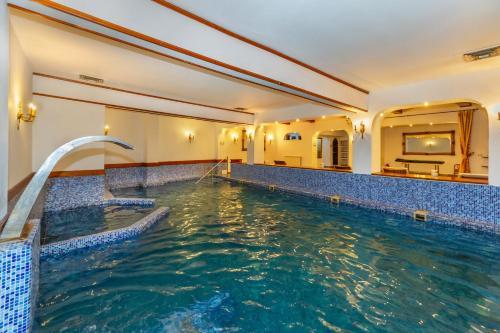 The swimming pool at or near Hotel Imparatul Romanilor