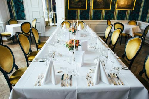 A restaurant or other place to eat at Hotel Schloss Wilkinghege