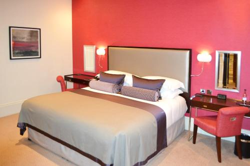 A bed or beds in a room at Taj 51 Buckingham Gate Suites and Residences