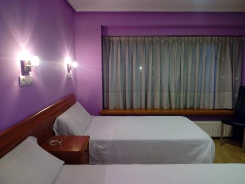 A bed or beds in a room at Hostal Álvarez