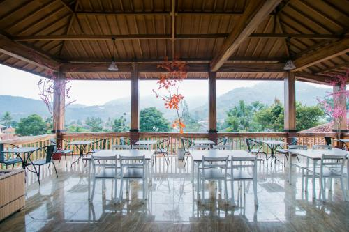 A restaurant or other place to eat at OYO 1667 Edotel Smkn 1 Pacet Syariah