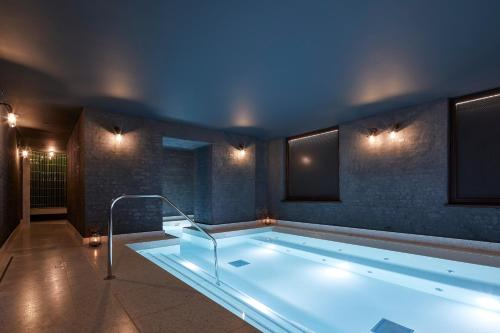 The swimming pool at or close to Taj 51 Buckingham Gate Suites and Residences