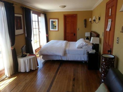 เตียงในห้องที่ Hotel Manoir Atkinson